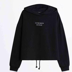 En hoodie från Gina i väldigt bra skick! Finns knyta vid midjan man kan spänna åt  Mörkblå Storlek Xs passar även S