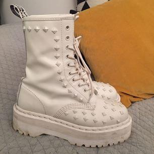Vita Dr Martens i platå med nitar. Sparsamt använda! Säljes pga har för mycket skor! :) OBS en nit borta på ena skon, se bild. möts upp i sthlm annars står köparen för frakten.