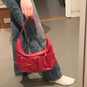 Unik assnygg rosa glansig väska i fint skick🥰