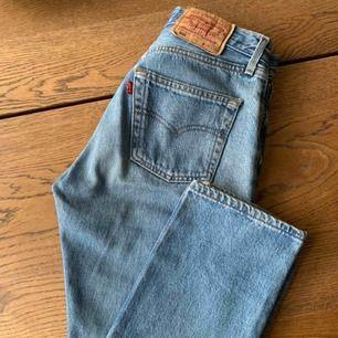 Vintage Levis 501 jeans inköpta här på plick. Tyvärr passade dem inte mig och säljer därför dem. Sååå snygg tvätt. Passformen på modellen är magisk. Frakt på 65kr tillkommer.