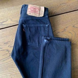 """Svarta vintage Levis 501 jeans. Supersnygga o perfekt """"slitna"""". Köpta här på plick men i fel storlek, därför säljer jag. Frakt på 65kr tillkommer."""