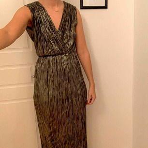 Balklänning/långklänning från SistersPoint, Vero Moda. Aldrig använd med lappen kvar. Originalpris 729kr. Färgen är guldig/grön. Frakt tillkommer.