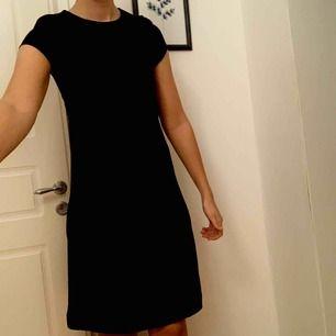 Svart vintage klänning. Uppskattad storlek är M. Lång dragkedja i ryggen. Längd strax ovanför knäna. Frakt tillkommer.