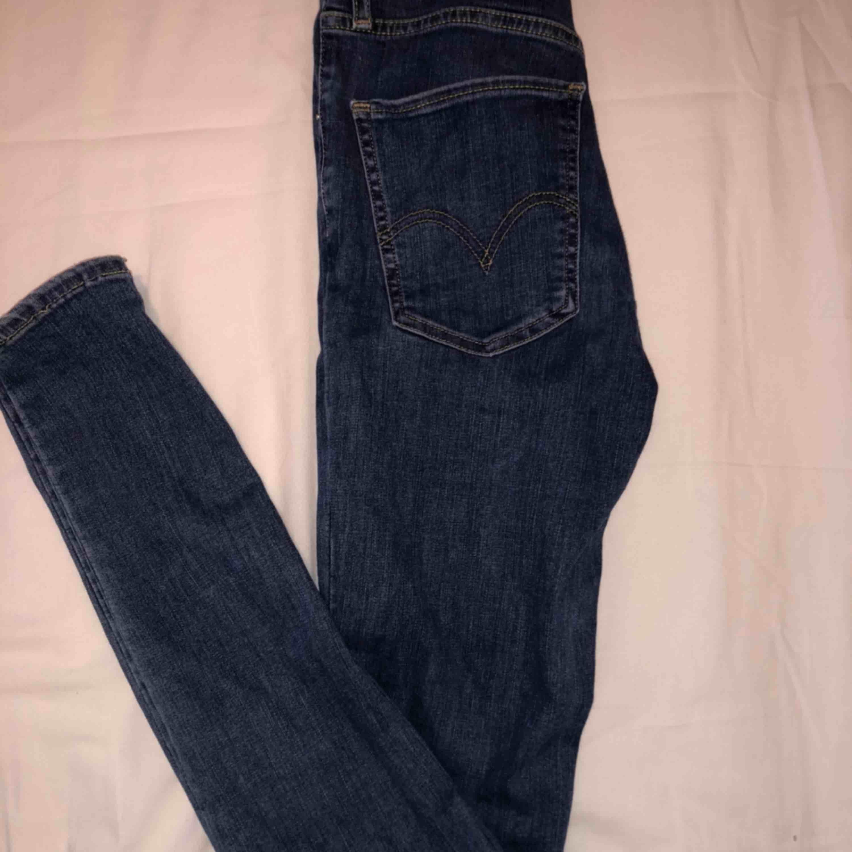 Säljer dessa jeans.  Första bilden : Gina tricot i storlek m, små i storleken så skulle säga S. Andra bilden: pull and bear momjeans, storlek 38! Sista bilden: Levis skinny, storlek 24/32, vilket motsvarar xs! Frakt 40kr. Jeans & Byxor.