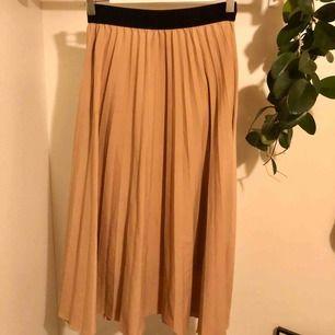 Mellan lång beige kjol (ca 75cm lång) från kappahl's limited edition, har släppt i tråden (bild 3) lätt att sy dock!