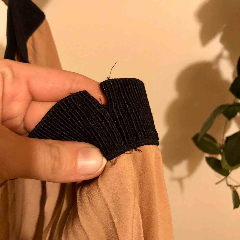 Mellan lång beige kjol (ca 75cm lång) från kappahl's limited edition, har släppt i tråden (bild 3) lätt att sy dock! . Kjolar.