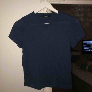 Marinblå Tshirt med liiiten polokrage från BikBok