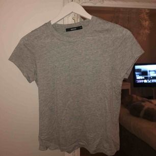 Grå t-shirt med liiiten polokrage från BikBok