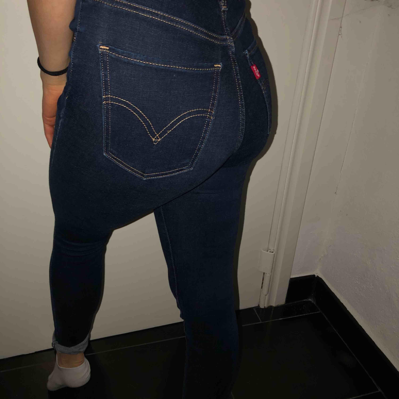 W24 L28 Levis / Levi's mile high skinny, köpt för fullpris i butik (1000kr). Knappt använda!. Jeans & Byxor.