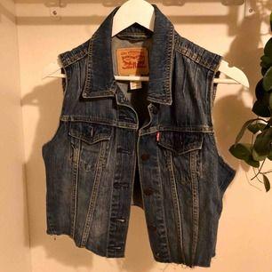 Jeansväst från Levis, köpt i usa för många år sen men deras M är för trång för mig, säger mer en S!