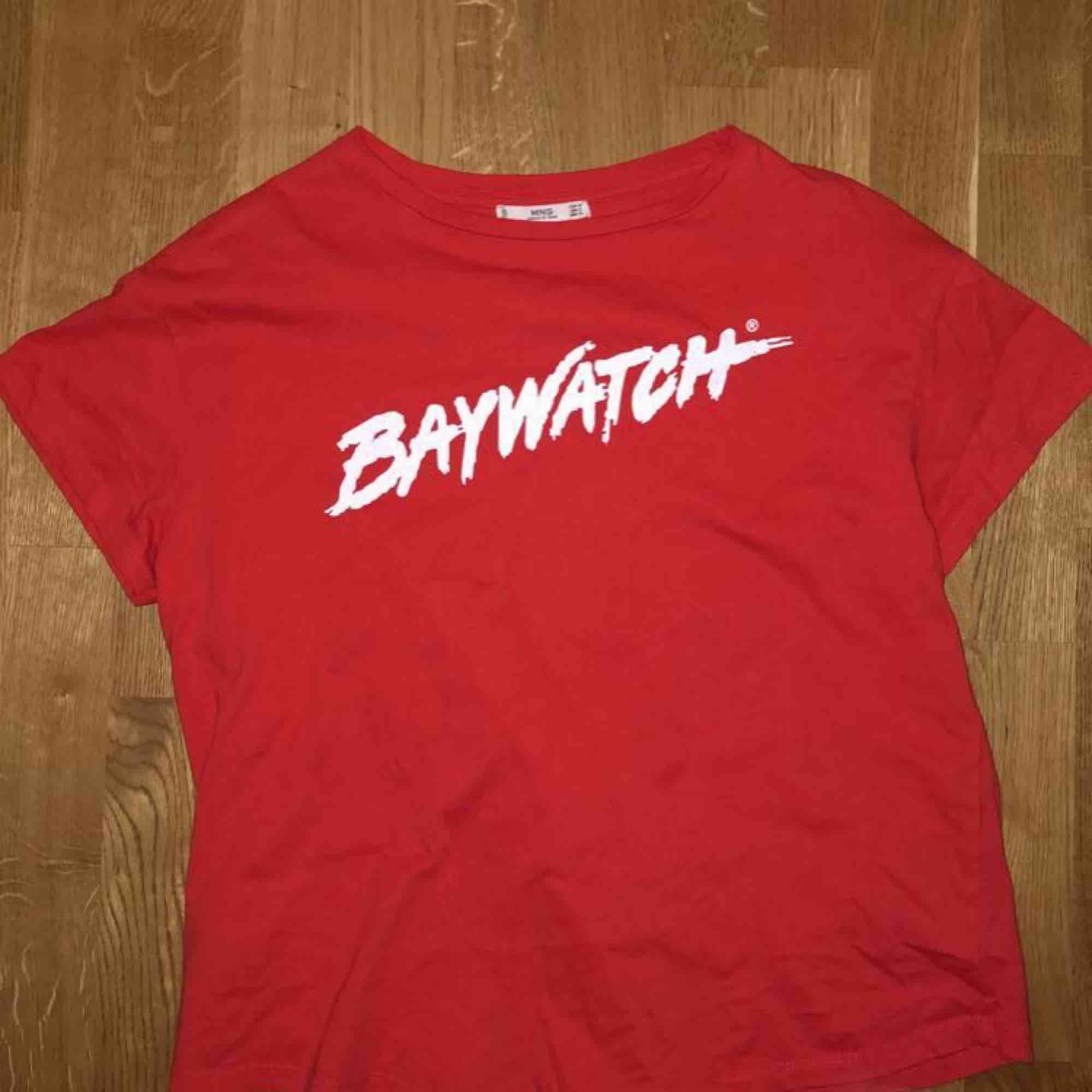 Baywatch tisha från Mango❗️Kan mötas upp i Linköping eller frakta (köparen står för frakten)🖤. T-shirts.