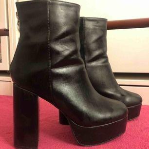 Svincoola boots med platå, stadiga och bekväma att gå i. Endast använda 1 gång!