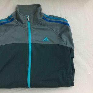 Adidas tröja! står S men skulle säga att en person med M kan ha den utan problem
