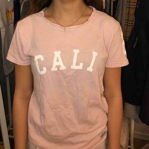 Rosa t-shirt från lager 157, storlek XS Hon på bilden är 156 cm lång