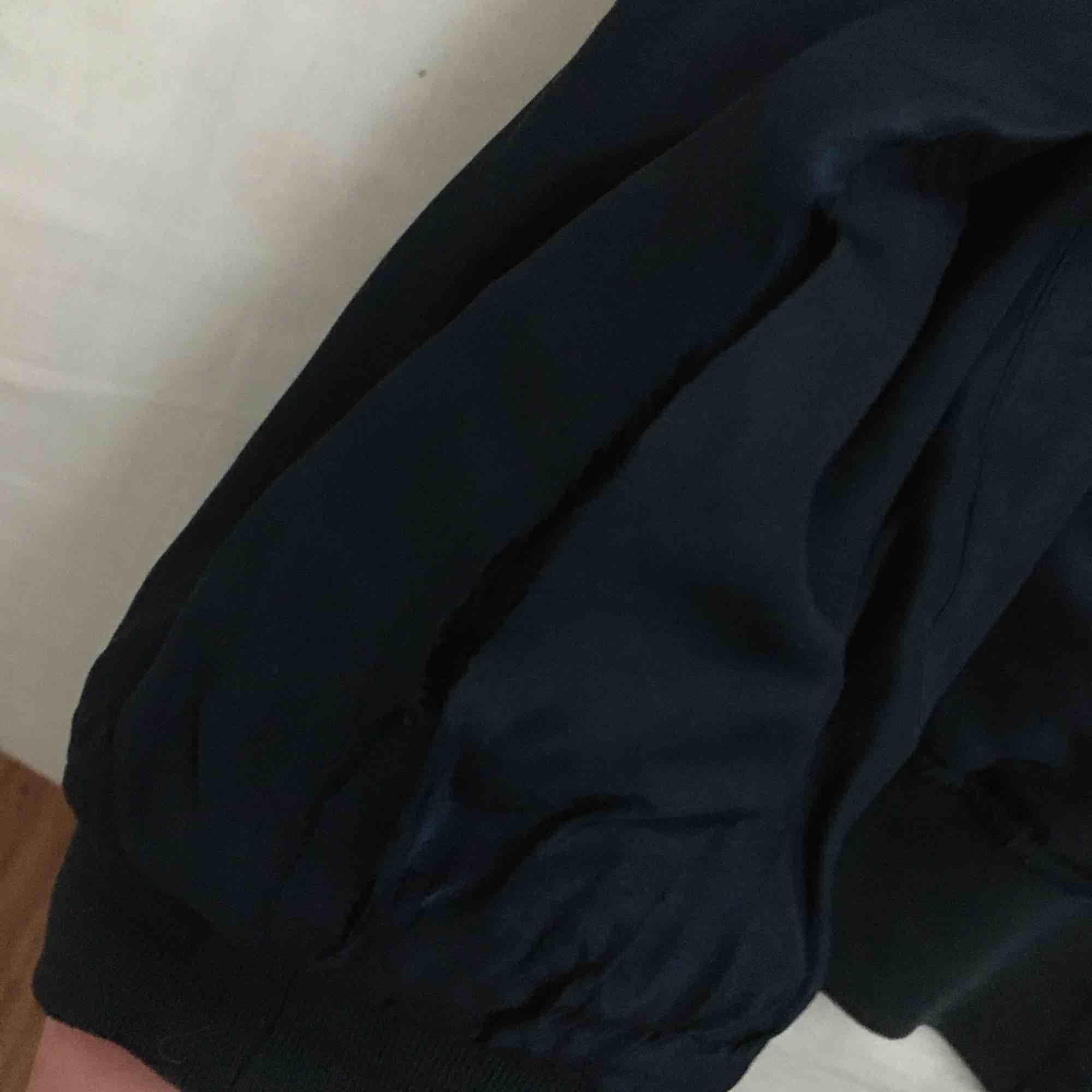 Marinblå välanvänd silkes bomberjacka från humana! slitage på flera ställen (se bilder) men går att laga om man vill. Den är jättetunn och silkig så passar de flesta storlekar men skulle säga M. Jackor.