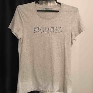 Jättefin ljusgrå Morris T-shirt från Liberty collectionen. Aldrig använd för att jag tycker den inte passade min klädstil. Nypris är ca 700kr