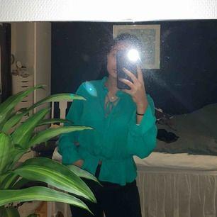 Fin grön blus från Gina tricot. För mer rättvisande bild av färgen kontakta och be om en till bild!!  Kan mötas i Sthlm, fraktar också (frakten ingår i priset)
