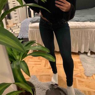 Fina mörkblåa jeans från Hollister. Väldigt fint skick. Jag är 160 cm.  Kan mötas upp i Sthlm, fraktar också (frakten ingår i priset)