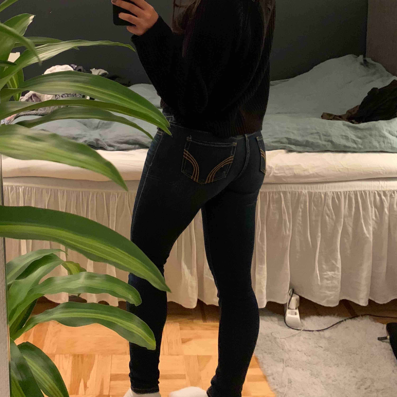 Fina mörkblåa jeans från Hollister. Väldigt fint skick. Jag är 160 cm.  Kan mötas upp i Sthlm, fraktar också (frakten ingår i priset) . Jeans & Byxor.