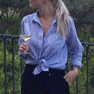 Randig skjorta från Gina Tricot. Använd vid få tillfällen så är i mycket fint skick. Skickas mot en fraktkostnad på 20kr.