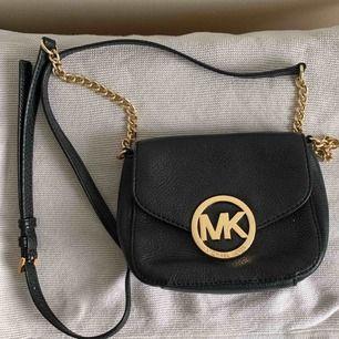 Snygg mindre Michael Kors handväska. Den är äkta och köpt från Zalando. Superfint skick, bara små repor på spännet efter användning.