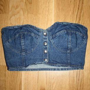 Jeans-topp med knappar, passar storlek S
