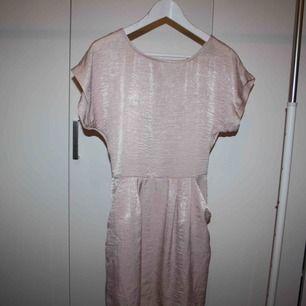 Rosa klänning med snörning och öppen rygg