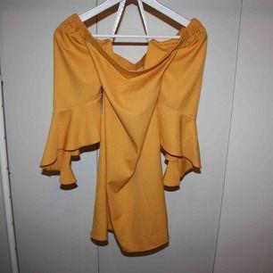 Off shoulder klänning, vidare längst ner på armarna