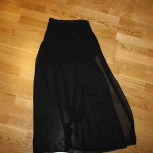 Genomskinlig kjol, med tjockare innekjol vid första biten.