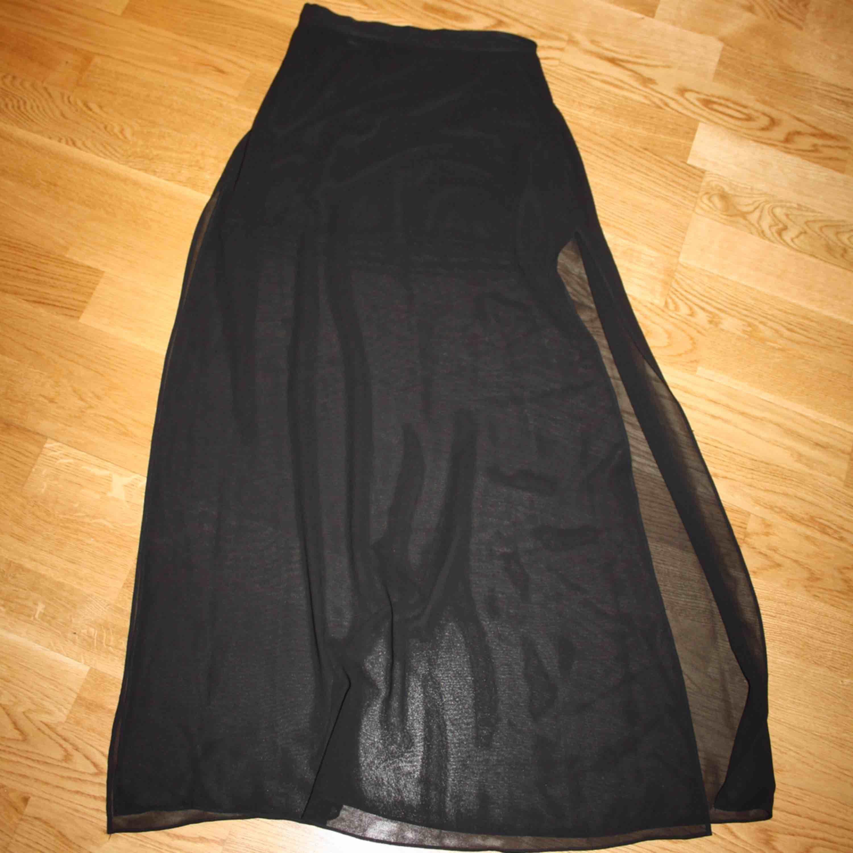 Genomskinlig kjol, med tjockare innekjol vid första biten. . Kjolar.