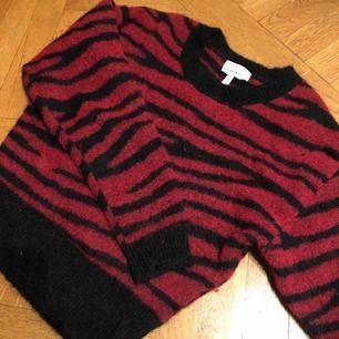 Fin stickad tröja i Mohair och ylle! Så skön och sticks inte🌸 otroligt varm till vintern