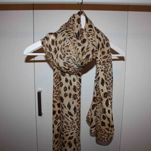 Sjal i leopardmönster
