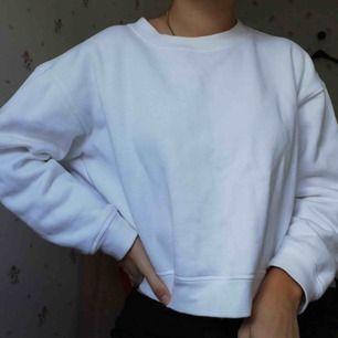 Vit/cremefärgad sweatshirt köpt i Köpenhamn, oanvänd. Önskas fler bilder så bara skriv! (Är i färgen på bild 2 men har en likadan i kritvit som jag använder så tog bild på den)