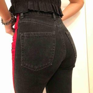 Svarta mom jeans med röd rand. Super sköna i storlek 34!