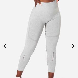 Helt nya oanvända ICIW-tights i modellen Queen mesh😻Jättestrechiga så passar alla mellan S-XL, brukar ha S/M i byxor och dessa sitter perfekt!! Köpta för 699, säljer pga att jag råkade köpa två likadana!!