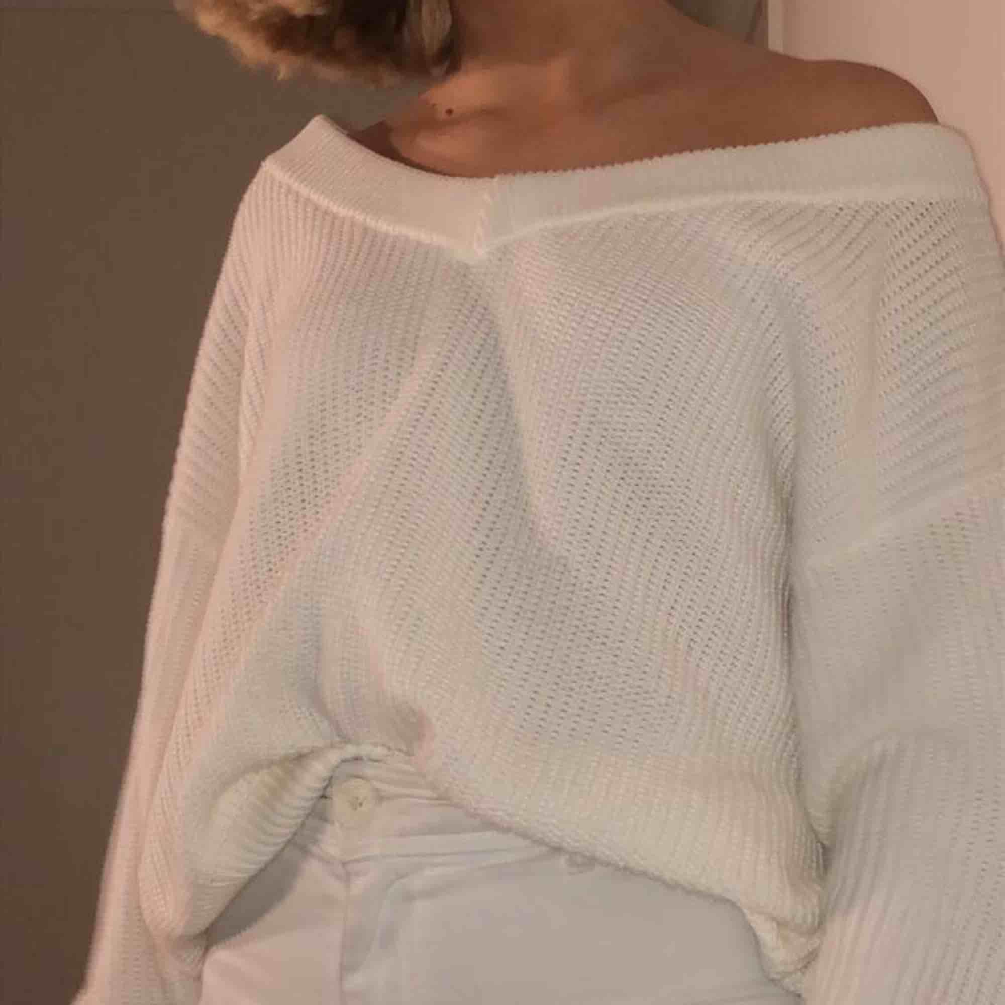 Stickad vit offshoulder-tröja stl XL, men passar jättebra som oversized för S-L också🌈⚡️ Kan mötas upp i Linköping eller frakta (köparen står för frakten)!!. Stickat.