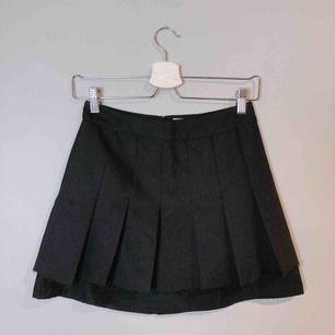 Använd endast en gång till en plåtning. Notera distressed-kanten längst hela kjolen. Den är vikt fram och inte bak.
