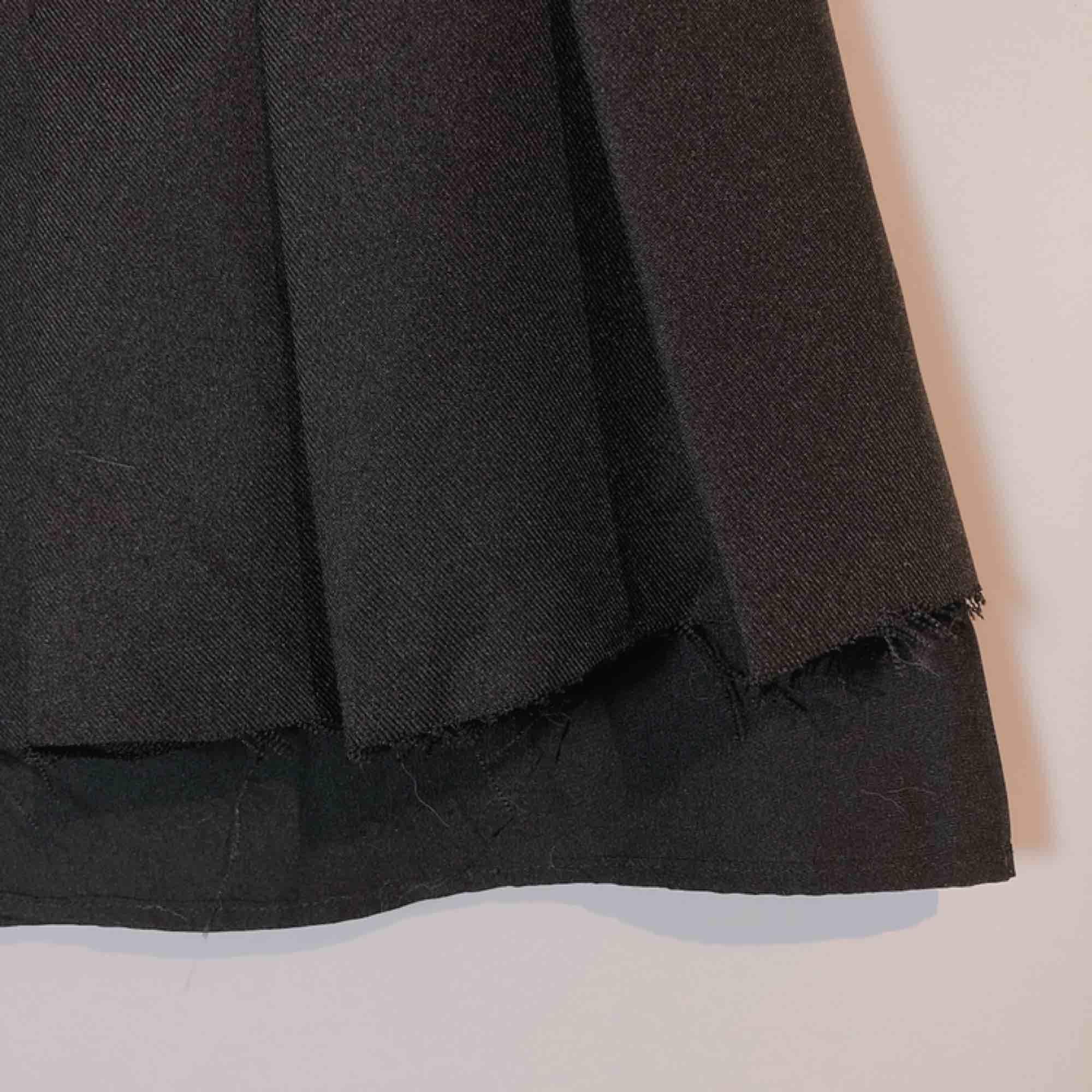 Använd endast en gång till en plåtning. Notera distressed-kanten längst hela kjolen. Den är vikt fram och inte bak.. Kjolar.