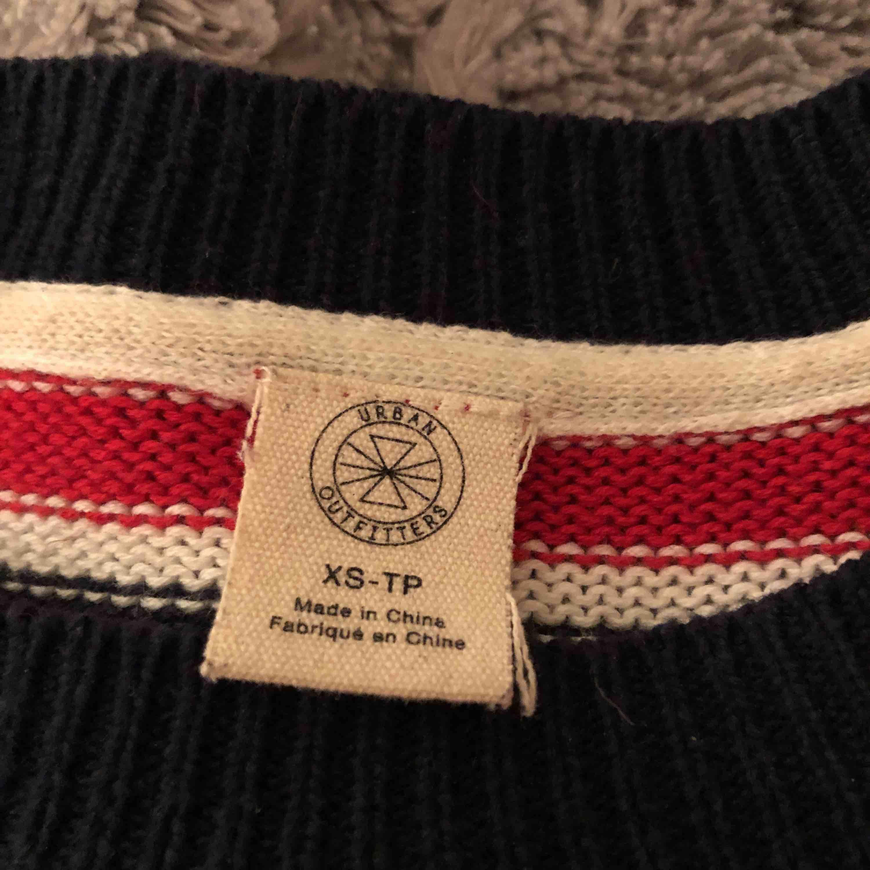 Superfin stickad tröja från Urban outfitters (iets frans) köpt förra året, men har inte kommit till användning🌟 Storleken säger XS men skulle nog hellre säga S då den är ganska vid:) Kan mötas upp eller så tillkommer frakt🪐❤️. Stickat.