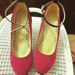 Rosa heels köpte några månader sen men användades bara en gång. Priset kan diskuteras.