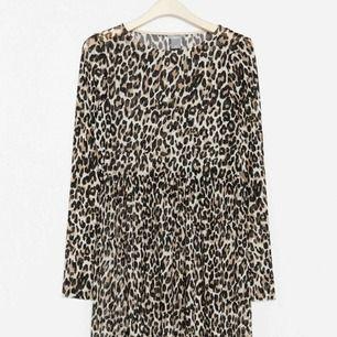 Säljer min helt oanvända klänning i mesh från Lindex med lappar kvar (nypris 299kr). Super snygg och passar till allt både vardags och fest, inte använd pga fel storlek 💗💗 kontakta mig vid fler frågor eller bilder!