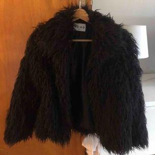 Säljer tre begagnade jackor (bra skick) för 150kr styck.  Kappa och skinnjacka från Zara, fluffig jacka från NA-KD.