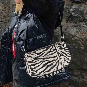 Jätte fin zebra väska, säljs inte längre & väldigt efterfrågad!💖 man får plats med allt innuti👌🏻