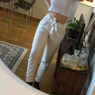 Välanvända vita underbara byxor med knyt i midjan. Säljer för de är för små för mig, tyvärr! Från Nelly.