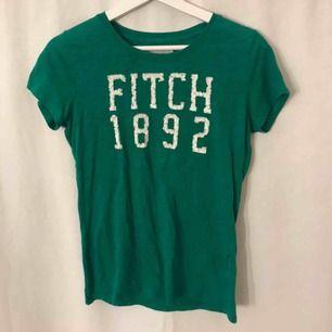 Grön A&F tröja med tryck i paljetter