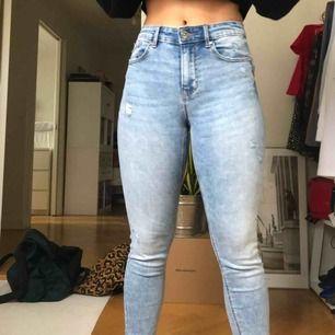 Balla jeans från stradivarius😇 Sitter väldigt väldigt snyggt på och jag har bara använt dem en gång! Frakt tillkommer😁