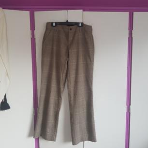 Lågmidjade kostymbyxor i brunt rutigt, säljer på grund av att dom är för korta på mig (172) Köpare betalar frakt eller möts upp i Halmstad