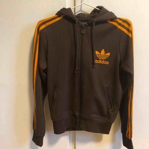 Vintage Adidas originals huvtröja i brun/orange. Jättebra skick. Säljer pga använder ej