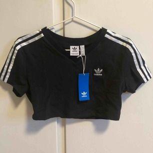 Adidas originals cropped T-shirt i svart. Oanvänd med lappar kvar