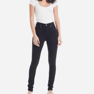 Säljer dessa svarta stretchiga jeans! De är i jättebra skick och har en grym passform pga dess stretch. Nypris: 500/600kr Storlek M, i längden 32 Du står för frakten 💕